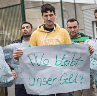 Români cu salariile neprimite de luni de zile