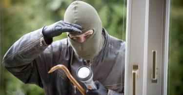 einbrecher-an-einem-fenster-burglar-at-a-window