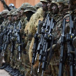 (FILES) This file photo taken on March 23, 2016 shows German Minister of Defense Ursula von der Leyen (C) posing with mountain infantry soldiers of the mountain infantry brigade 23 after she watched an exercise near the Bavarian village Bad Reichenhall, southern Germany, on March 23, 2016. Ending a quarter century of uninterrupted cuts, German army will experience its first increase since 1990, the government announced on May 10, 2016. / AFP PHOTO / CHRISTOF STACHE