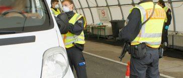 Colete și unelte pentru construcții furate, găsite în duba unor români la controlul de frontieră