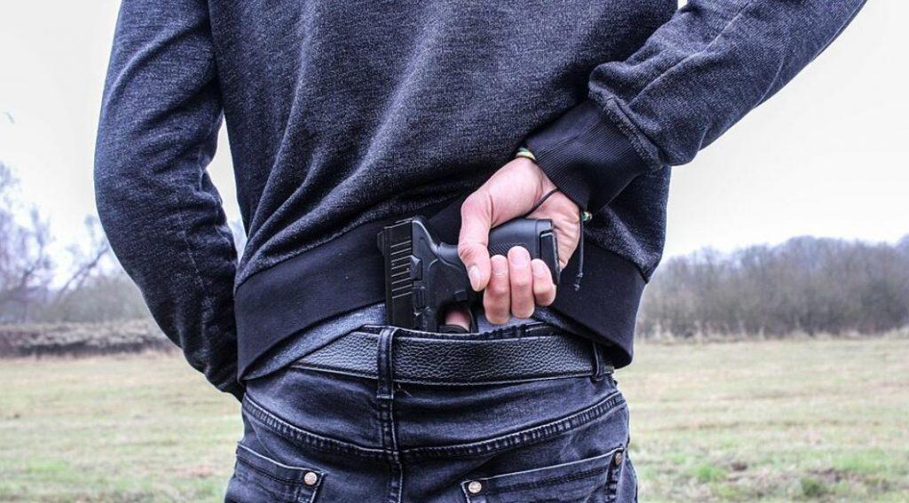 rugat sa-si puna masca scoate pistolul